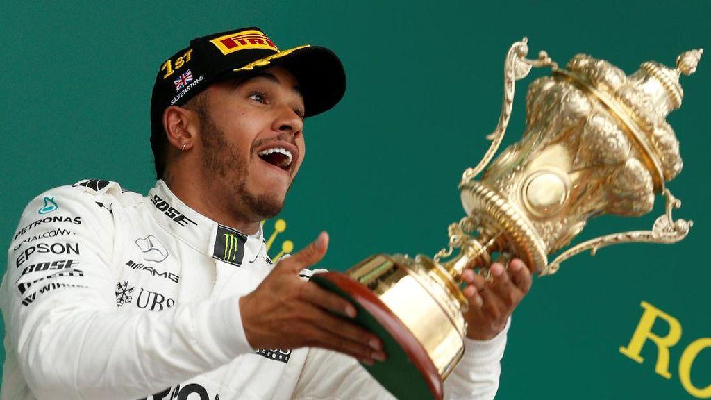Hamilton di Silverstone: Menang, Selfie di Pagar, Lempar-Lempar Piala