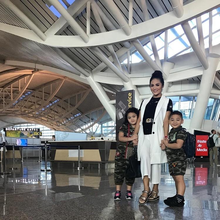 Kellen Alexander Lemos dan Ariannha Amora LemosIni adalah Kellen dan Amora yang merupakan anak penyanyi Krisdayanti saat berada di bandara. Kompaknya bergandengan tangan dengan bundanya. (Foto: Istagram @krisdayantilemos)