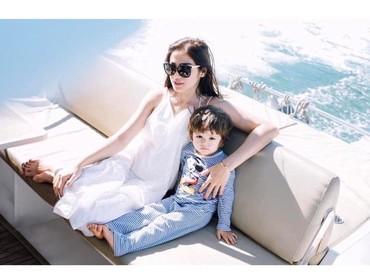 El Barack AlexanderLihat foto yang ini, Bun. Ini adalah El Barack Alexander bersama sang bunda, Jessica Iskandar. Keren banget ya mereka liburan dengan naik kapal pesiar. (Foto: Instagram @inijedar)