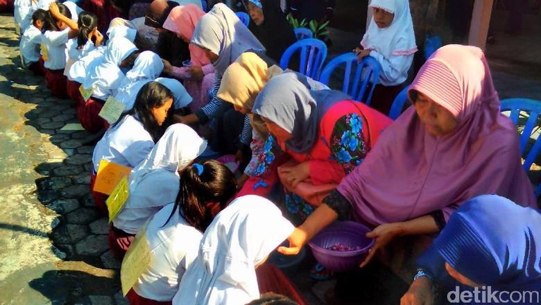Momen Siswa Baru di SMPN 5 Purwokerto Basuh Kaki Orang Tua