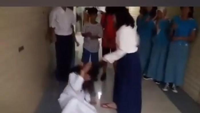 Masih SD tetapi sudah berani melakukan bullying. Menurut pakar, ini ada pendorongnya. (Foto: Capture dari video bully di Thamrin City yang viral)