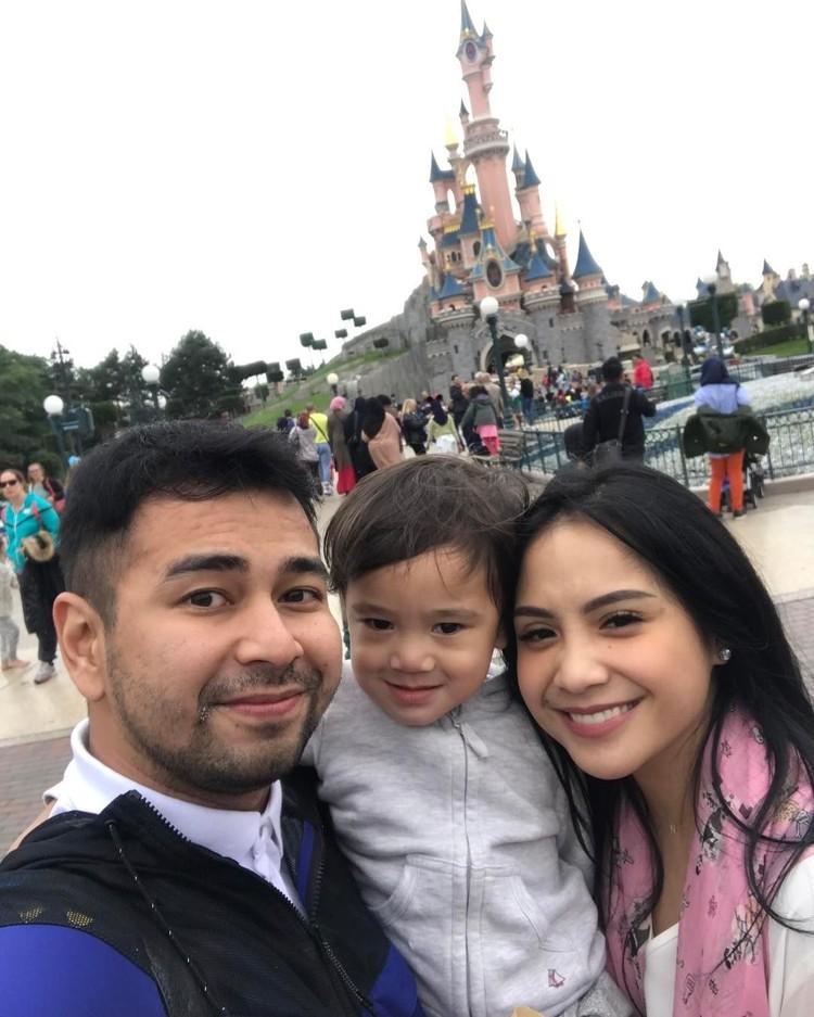 Rafathar Malik AhmadSmile! Inilah foto kebersaan Rafathar bersama Raffi Ahmad dan Nagita saat liburan. Bersama orang tuanya, Rafathar terlihat banget menikmati liburannya. (Foto: Instagram @raffinagita1717)