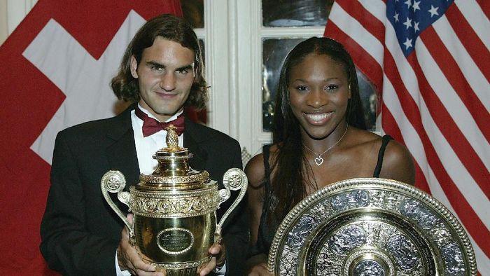 Roger Federer mengukir namanya sebagai juara Wimbledon pertama pada 2003. Bersamaan dengan Serena Williams yang sudah juara Wimbledon untuk kedua kalinya. (Alex Livesey/Getty Images)
