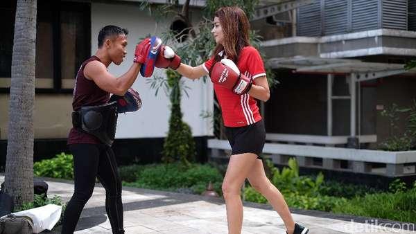 Olahraga Dulu Yuk Bareng Si Seksi Sandra Olga yang Lahir di Angkasa