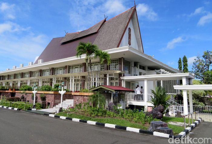 Bentuk bangunan Istana Isen Mulang menyerupai rumah Betang, yang merupakan rumah adat khas Kalimantan Tengah