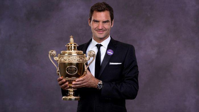 Roger Federer dengan trofi Wimbledon yang diraihnya (AELTC - Pool / Getty Images)