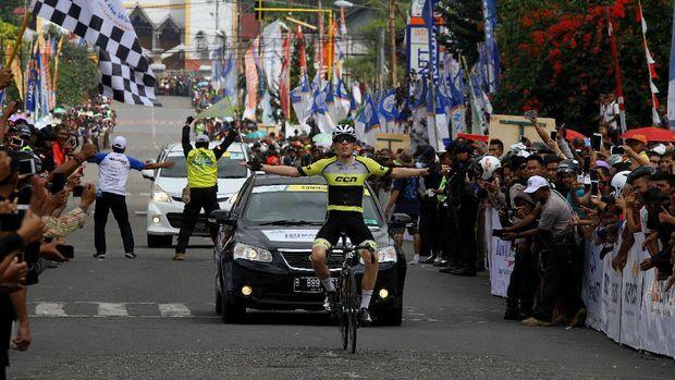 Pembalap Inggris, Daniel Whitehouse, dari CCN Cycling Team (Laos) menguasai etape kelima Tour de Flores (TdF) 2017