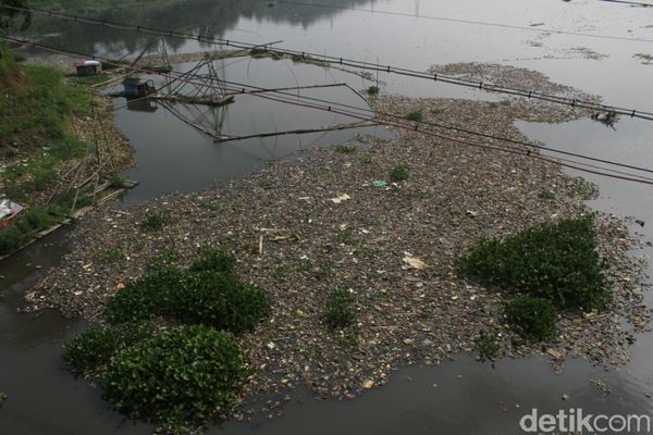 Wagub Jabar Dorong Polda Usut 31 Pabrik Buang Limbah ke Citarum