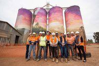Lukisan raksasa ini menjadi daya tarik Kota Thallon, Queensland (GrainCorp/ Facebook)