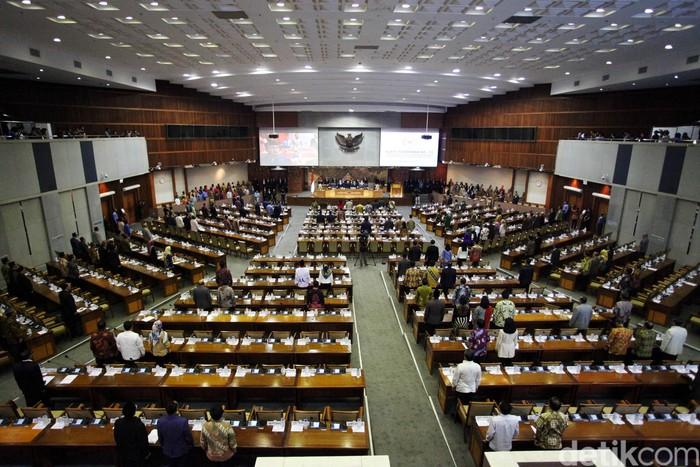 Ketua DPR Setya Novanto dijadwalkan memimpin sidang paripurna setelah ditetapkan sebagai tersangka oleh KPK. Nyatanya, rapat paripurna hari ini tak dipimpin oleh Novanto.