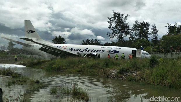 Pesawat Tri MG Asia tergelincir di Wamena, Papua.