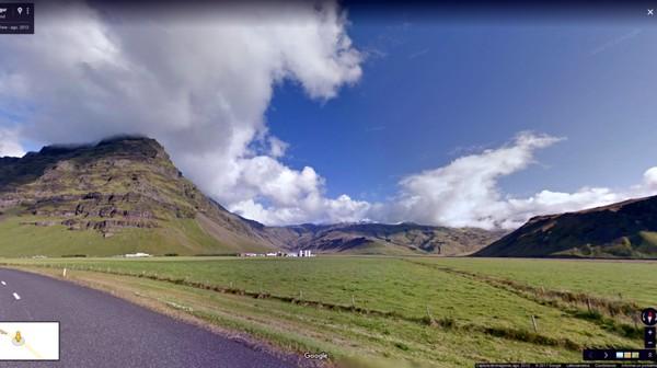 Padang rumput nan luas ini ternyata juga jadi lokasi syuting Games of Thrones. Ingat saat Jon Snow membawa Ygritte sebagai sandera? Di Pegunungan Frostfang, Hofoabrekka, Islandia inilah adegan tersebut diambil gambarnya (dok Google Street View)
