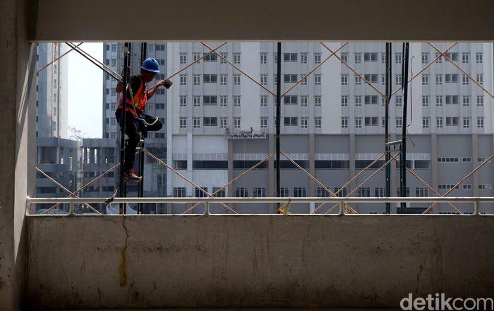 Para pekerja menyelesaikan proyek Wisma Atlet di Kemayoran, Jakarta.
