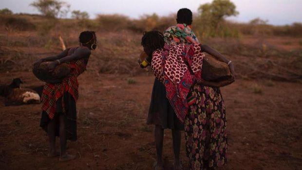Para gadis membawa batu untuk prosesi sunat (Reuters)