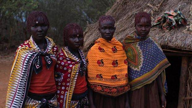 Para gadis dibalut jubah kulit binatang (Reuters)