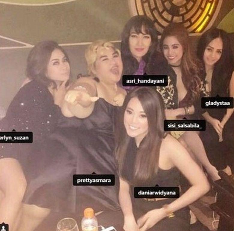 Erlyn diduga tertangkap bersama beberapa teman wanita lainnya di antaranya Artis Pretty Asmara. Dok. Instagram/erlyn_suzan