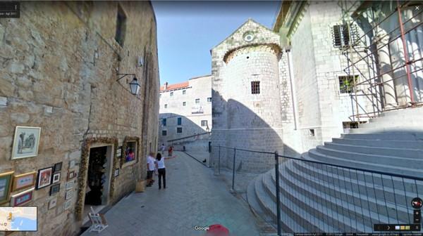 Momen saat Cersei Lannister digunduli, ditelanjangi dan diarak oleh massa karena terbukti bersalah melakukan zina dan incest difilmkan di Kota Tua Dubrovnik, Kroasia. Tepatnya di St Dominic Street (dok Google Street View)