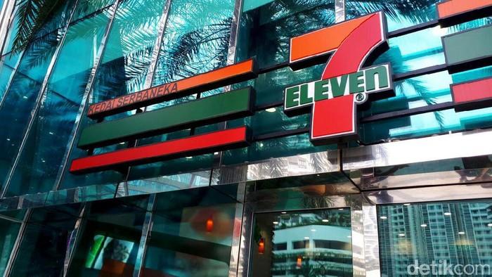 Bisnis 7-Eleven alias Sevel di Johor Baru, Malaysia, masih ramai pembeli. Berbeda dengan Indonesia yang umumnya menyediakan kursi dan meja, Sevel disana terlihat sederhana.