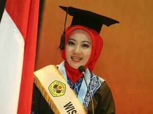 Gaya Hijab Wisuda si Cinta, Istri Ridwan Kamil Saat Jadi Mahasiswi Terbaik
