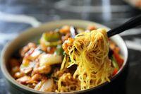 Sajian mie ayam yang populer di Indonesia.