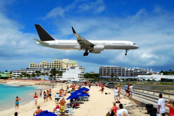 Terlalu dekat dengan ujung landasan serta pesawat yang akan mendarat dikhawatirkan dapat melukai bahkan membunuh. Papan peringatan untuk menjauh ketika ada pesawat yang lepas landas atau mendarat pun sudah dipasang. (iStock)