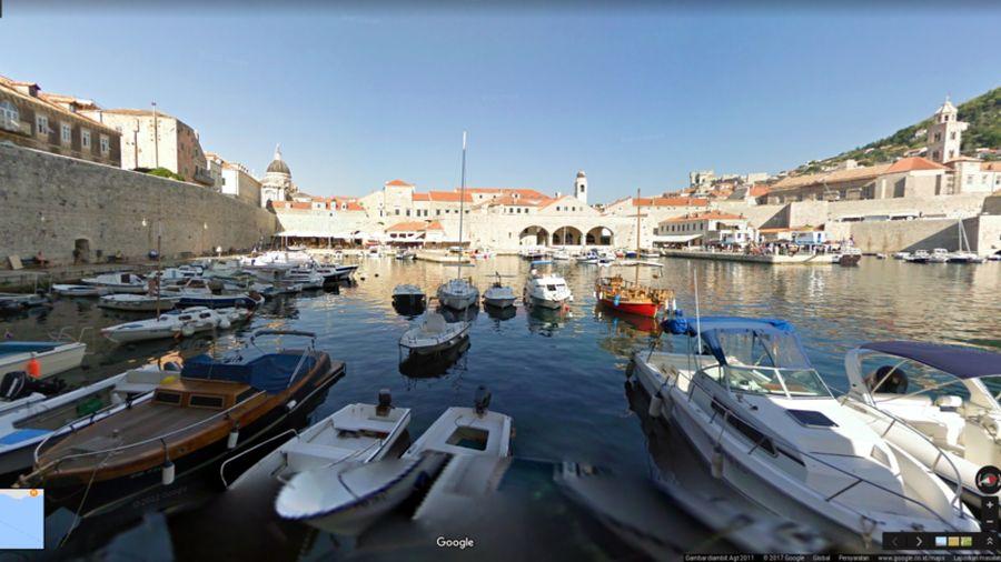 Lokasi pertama ada di Kota Dubrovnik, Kroasia. Di sinilah, Kings Landing difilmkan. Nuansa Kota Tua Dibrovnik menjadi latar belakang yang menggambarkan Kings Landing, ibu kota Westeros yang diperebutkan banyak pihak (dok Google Street View)