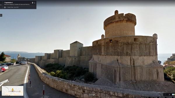 Daenerys Targaryen, The Mother of Dragons pergi ke The House of Undying untuk mengambil kembali naga yang dicuri darinya. Lokasi adegan ini difilmkan mengambil tempat di Menara Minceta, Dubrovnik, Kroasia (dok Google Street View)
