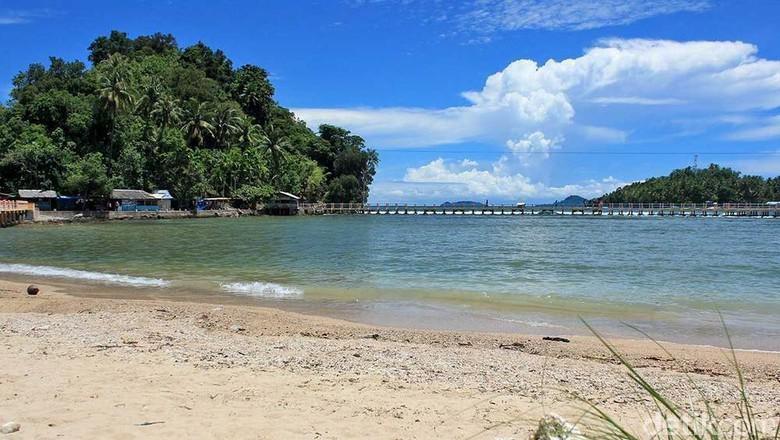 Pantai di Painan, Kabupaten Pesisir Selatan