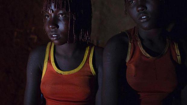 Setelah di sunat, para gadis akan disiram air dan dibacakan doa (Reuters)