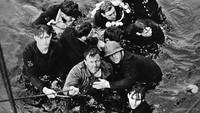 Para kru Bourrasque yang bertahan hidup pun dievakuasi oleh pasukan Inggris. Hulton Archive/Getty Images/detikFoto.
