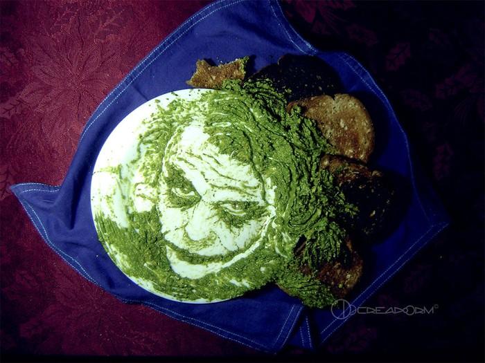 Lumatan buah alpukat yang berwarna hijau pekat dibentuk di atas piring hingga berbentuk mirip seperti Joker. (Foto: Istimewa)