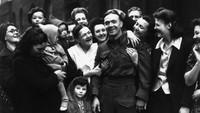 Suka cita keluarga serta sanak saudara menyambut prajurit Fred Poulten saat tiba di Clerkenwell, London, Inggris di tahun 1945. Reg Speller/Fox Photos/Getty Images