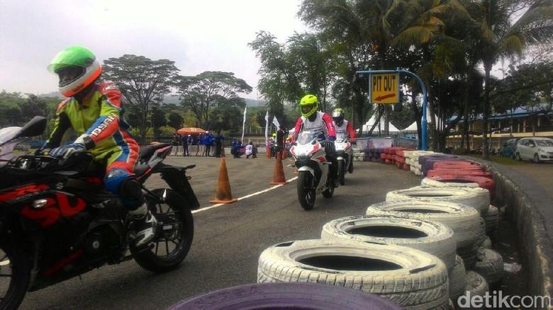 Dyan Dilato (depan) memimpin pelatihan safety riding di Sirkuit Sentul. Foto: Ruly Kurniawan