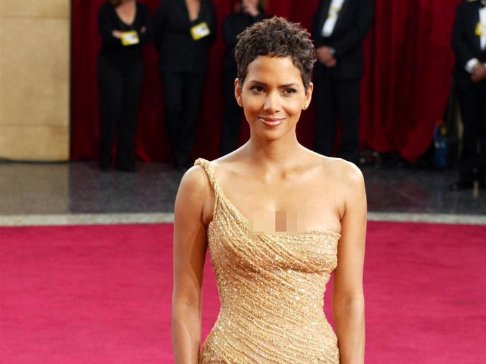 HOLLYWOOD - MARCH 23:  Actress Halle Berry, wearing Harry Winston jewelry, attends the 75th Annual Academy Awards at the Kodak Theater on March 23, 2003 in Hollywood, California.  (Photo by Kevin Winter/Getty Images)