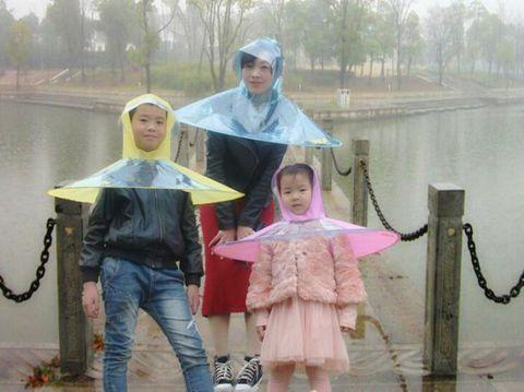 Kreatif! Perusahaan di China Ciptakan Jas Hujan yang Dilengkapi Payung