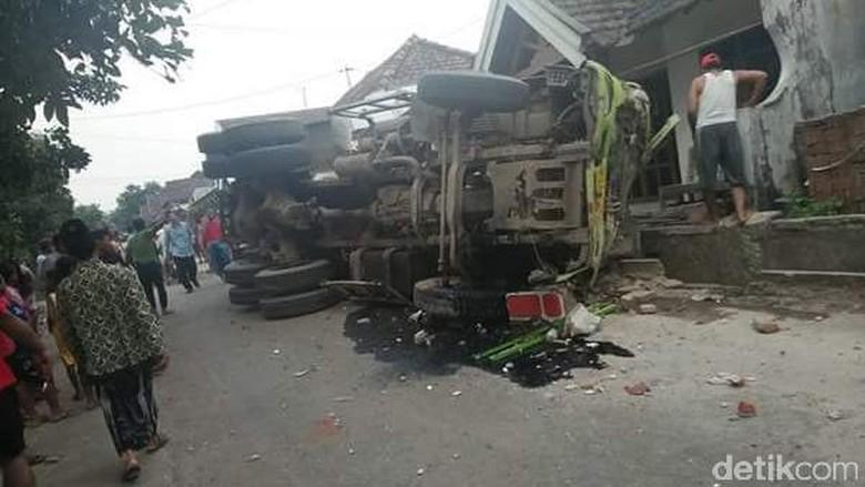 Sopir Truk Molen Tewas Terjepit Setelah Tabrak 6 Rumah