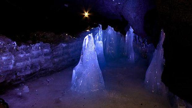 Tiang-tiang es cantik yang terbentuk secara alami di dalam gua (mtfuji-cave.com)