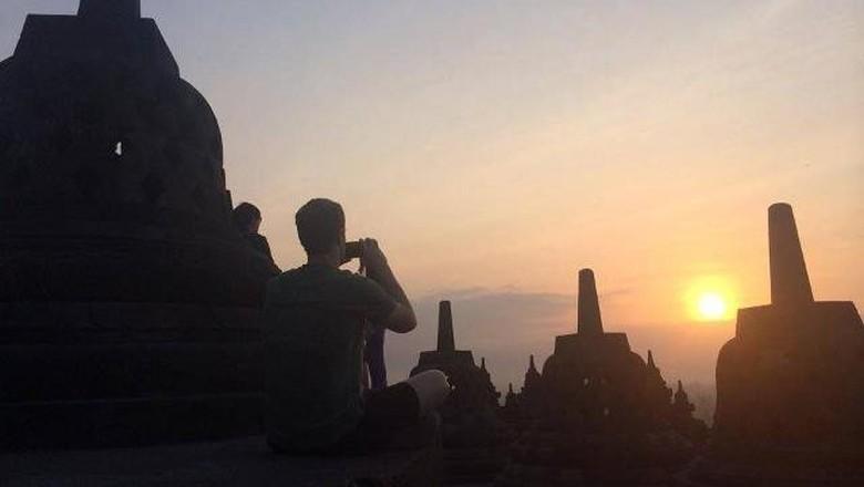 Mark Zuckerberg yang tengah memotret sunrise di Borobudur (mzuck/Facebook)