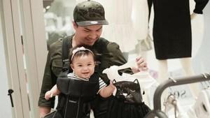 Foto: Ketika Para Ayah Menggendong Anaknya, Mana Paling Kece?
