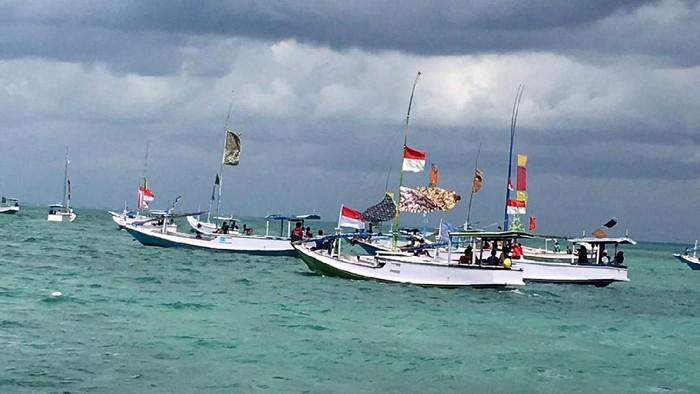 Bendera setengah tiang dipasang di kapal-kapal nelayan sepanjang pesisir Masalembu, Kabupaten Sumenep, Jatim. Aksi ini dilakukan untuk perlawan terhadap kapal-kapal yang masih menggunakan cantrang untuk menangkap ikan. Istimewa/Darul Hasyim Fath