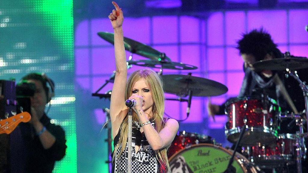 Karena Wabah Corona, Avril Lavigne Sedih Batalkan Tur di Asia