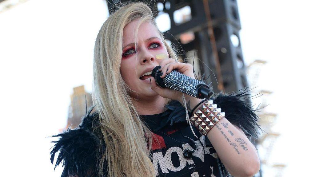 Avril Lavigne Pacaran dengan Miliuner Texas?