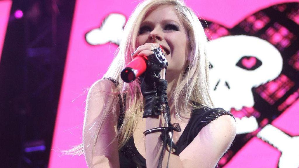 Giliran Avril Lavigne Batalkan Tur karena Corona