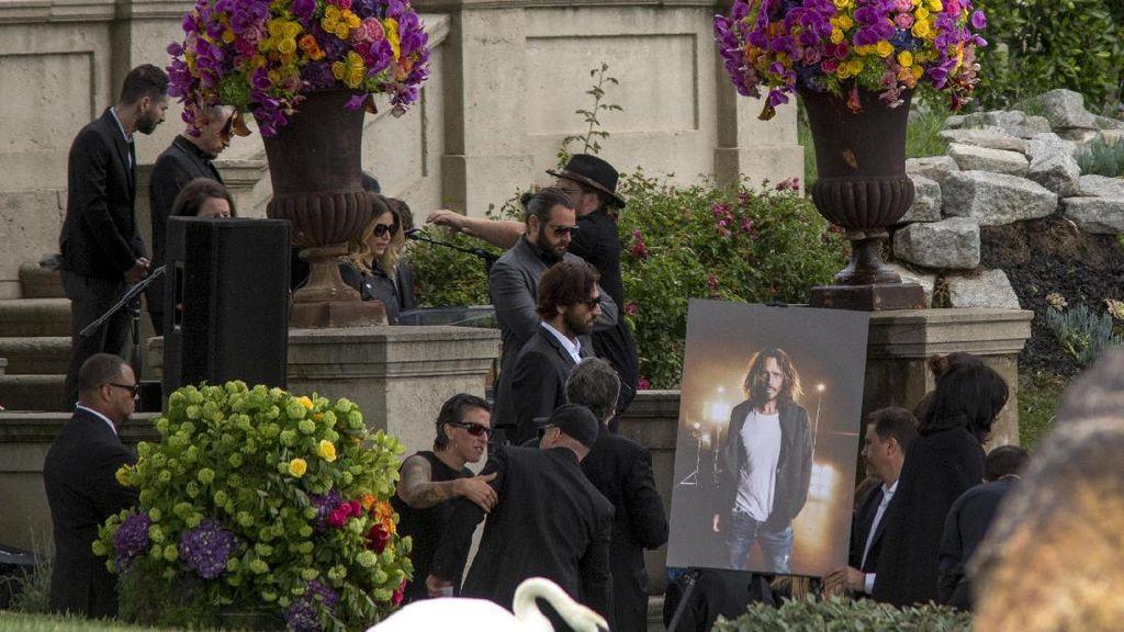 Chris Cornell Diabadikan dalam Pahatan Patung