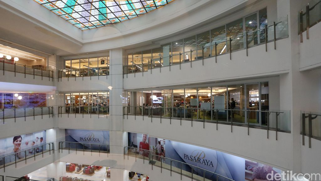 Tampak dari luar kantor Go-Jek yang satu gedung dengan Pasaraya Blok M. Tempat ini dipilih lantaran memiliki luas yang dapat menampung 600 karyawan Go-Jek. (Foto: detikINET/Ari Saputra/Teks: Josina)