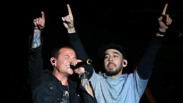 Foto: Chester Bennington bersama Mike Shinoda (Gettyimages)