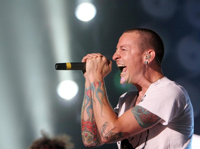 TOKYO - JULY 07:  Chester Bennington of Linkin Park  performs on stage at the Tokyo leg of the Live Earth series of concerts, at Makuhari Messe, Chiba on July 7, 2007 in Tokyo, Japan. Launched by former US Vice President Al Gore to combat Global Warming, the concert is one of a series taking place over a 24-hour period on July 7 across seven continents.  (Photo by Junko Kimura/Getty Images)