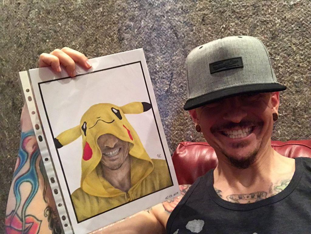 Ternyata Chester penggemar pokemon. Foto: Chester Bennington
