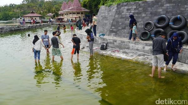 Inilah Kolam air panas di kaki Gunung Seminung. Traveler bisa berendam di sana (Kurnia/detikTravel)