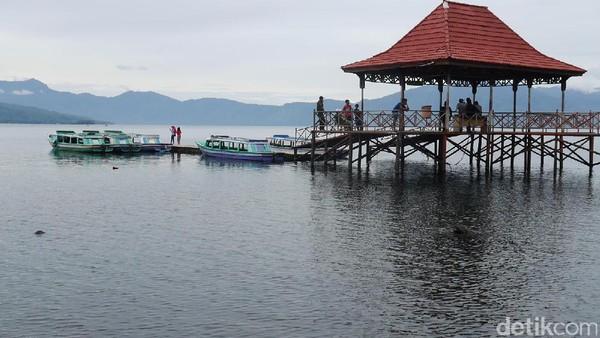 Foto: (Kurnia/detikTravel)Selain berenang, traveler bisa menyusuri danau naik kapal. Naiknya bisa dari dermaga di kawasan Wisma Pusri, Ogan Komering Ulu Selatan. Tujuannya beragam, seperti Pulau Marisa dan kolam air panas (Kurnia/detikTravel)